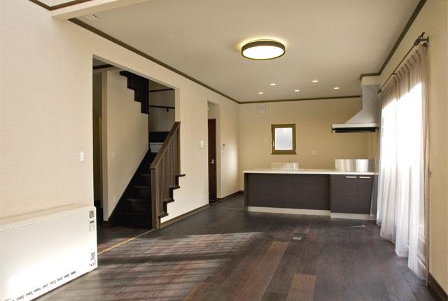 ホワイト×ブラウンのインテリアが映える、シンプルデザインの家