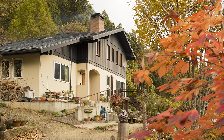 ゆったりとおおらかな大屋根と薪ストーブの家