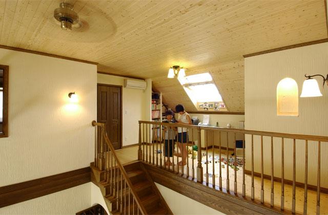 二階部分の勾配天井を生かしたオールルーム2