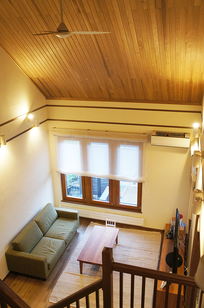 大屋根裏の勾配天井を生かした開放的な吹き抜けリビング