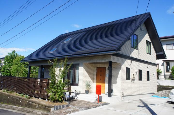 太陽光パネルを搭載した大屋根の家