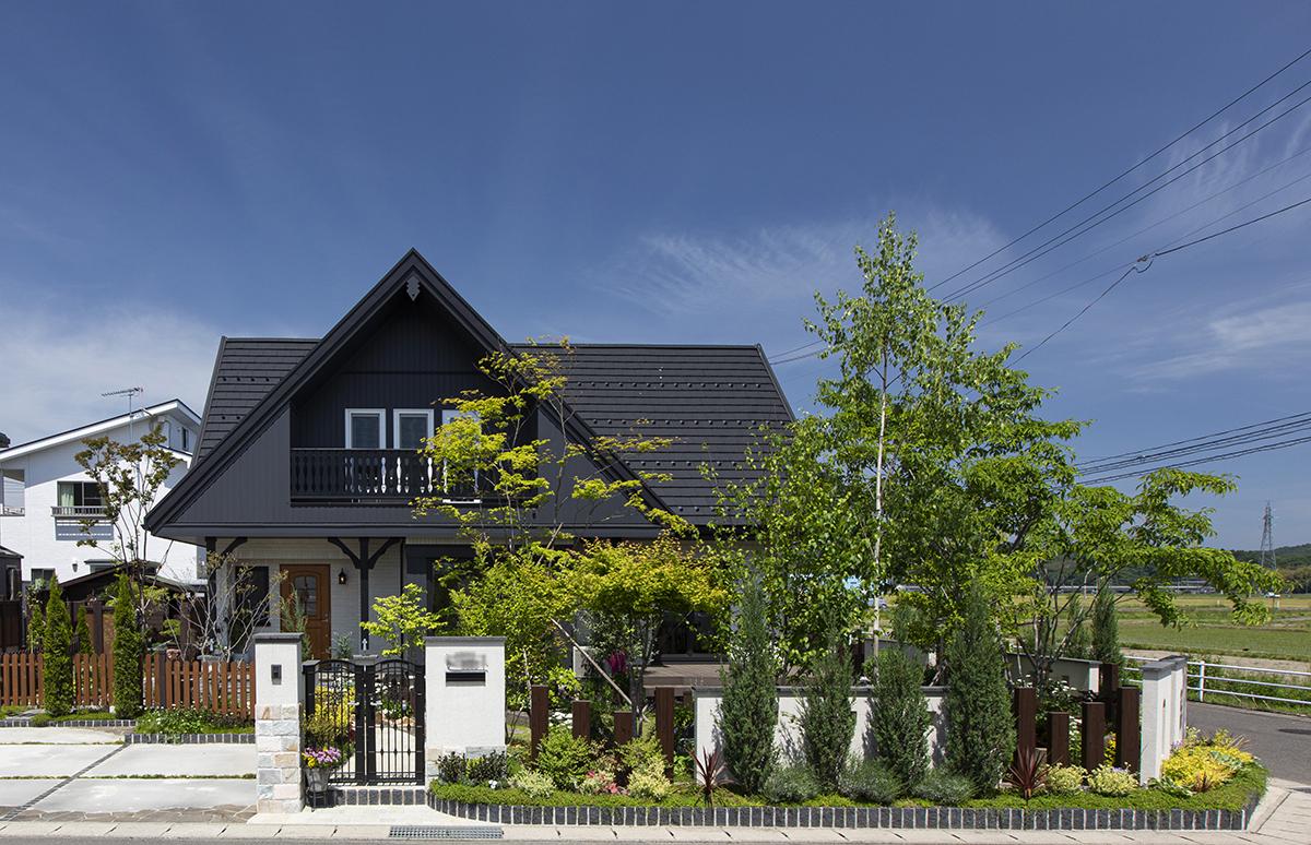 重厚な大屋根の外観と、お庭を愉しむ住まい