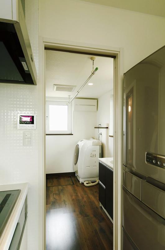 キッチンからすぐに水回りにつながる便利な家事動線