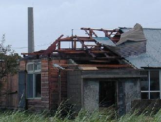 台風の強風によって飛ばされた屋根(南大東島地方気象台)