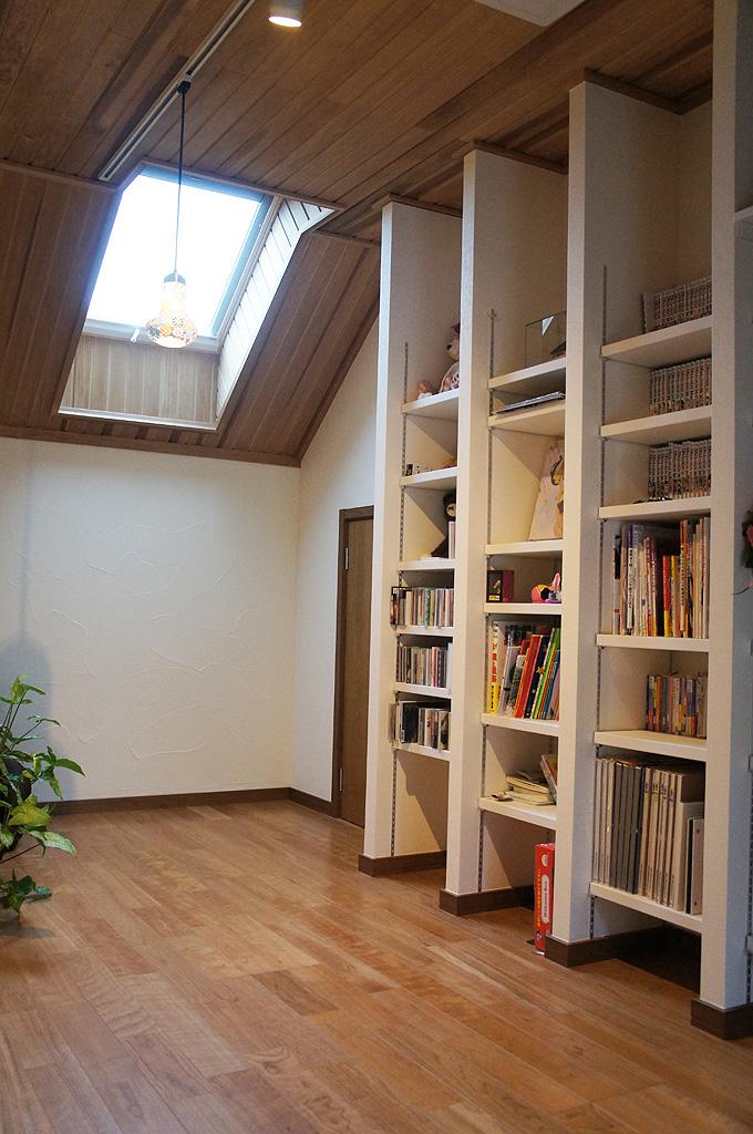 2階ホールに設けられた本の収納スペース – 北洲ハウジング