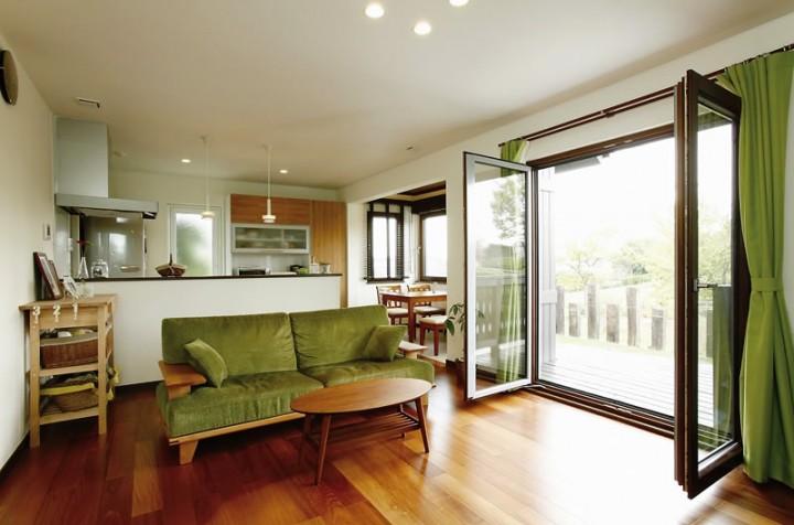 リビングの木製窓が開放感を演出する、北欧テイストの家