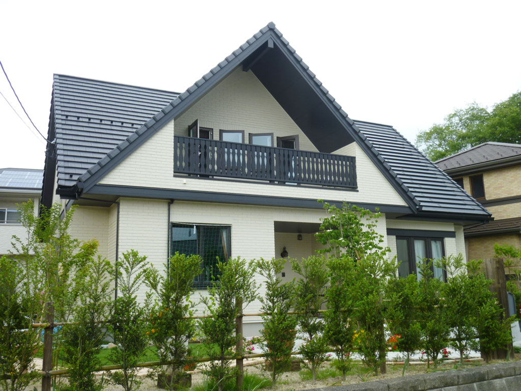 二世帯家族の暮らす、ヨーロピアンテイストの大屋根の家 – 北洲ハウジング