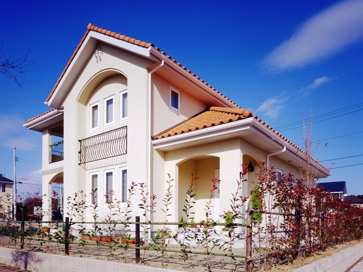 北洲ハウジングの家(オレンジ色の屋根が映える、南欧風の住まい)
