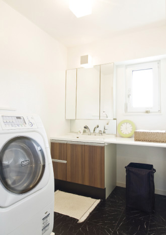 すぐ隣にあるバルコニーで洗濯物がすぐに干せるよう設計された洗面浴室