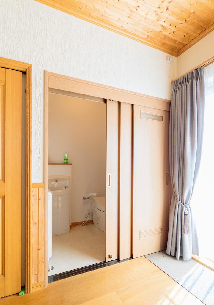 寝室に隣接した洗面室・トイレ