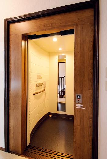 手すりや空調なども完備されたエレベーター