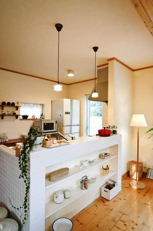キッチンは見せる収納と隠す収納をうまく使い分けて、生活感を感じさせない印象に