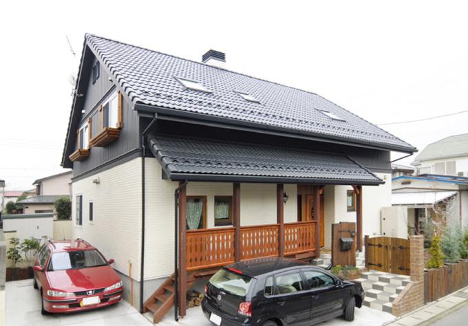 ツートンカラーと存在感ある木製窓が印象的な、三角屋根のお住まい