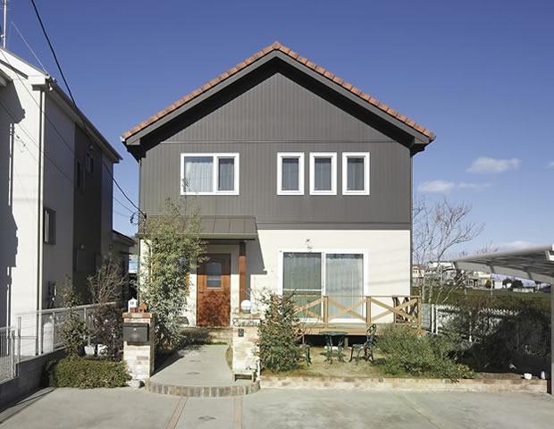 勾配の緩い三角屋根(北洲ハウジングの家)