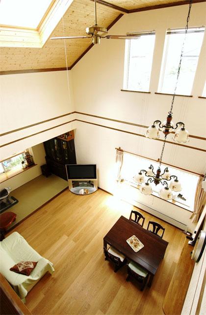 北洲ハウジングの家(木の心地よさを感じる、明るい吹抜けのある住まい)
