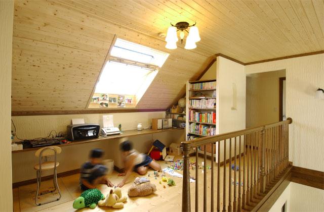 屋根裏の勾配天井は、無垢の板張りでナチュラルな雰囲気