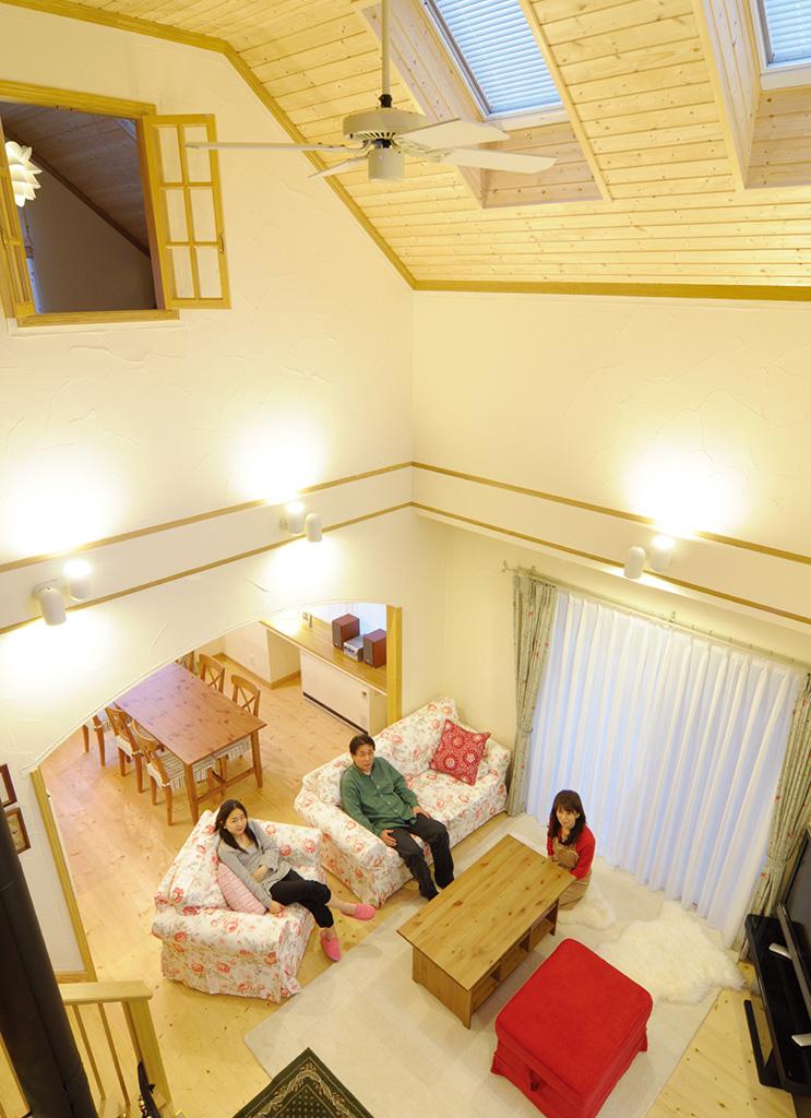明るい無垢の天井を採用したナチュラルテイストのお住まい