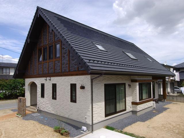 総タイル貼りの外壁が印象的な三角の大屋根のお住まい