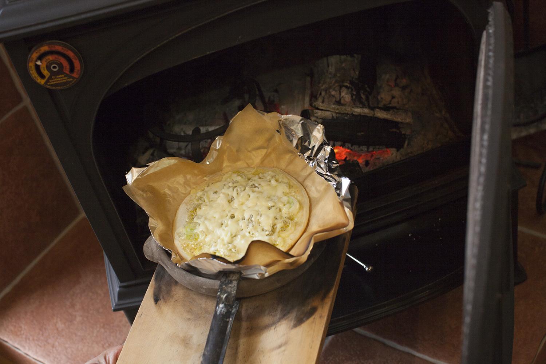 ゆらめく炎とうつわを楽しむ、薪ストーブのある住まい