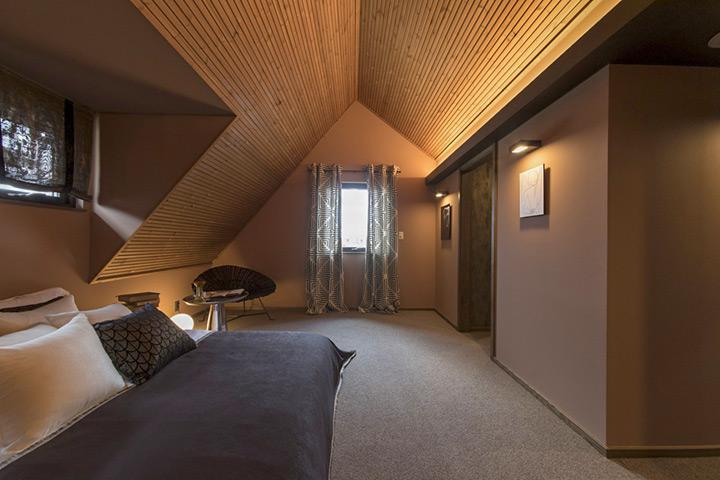 勾配天井と建築化照明を組み合わせたホテルのような寝室(北洲ハウジング展示場 ハウジングパーク郡山南)