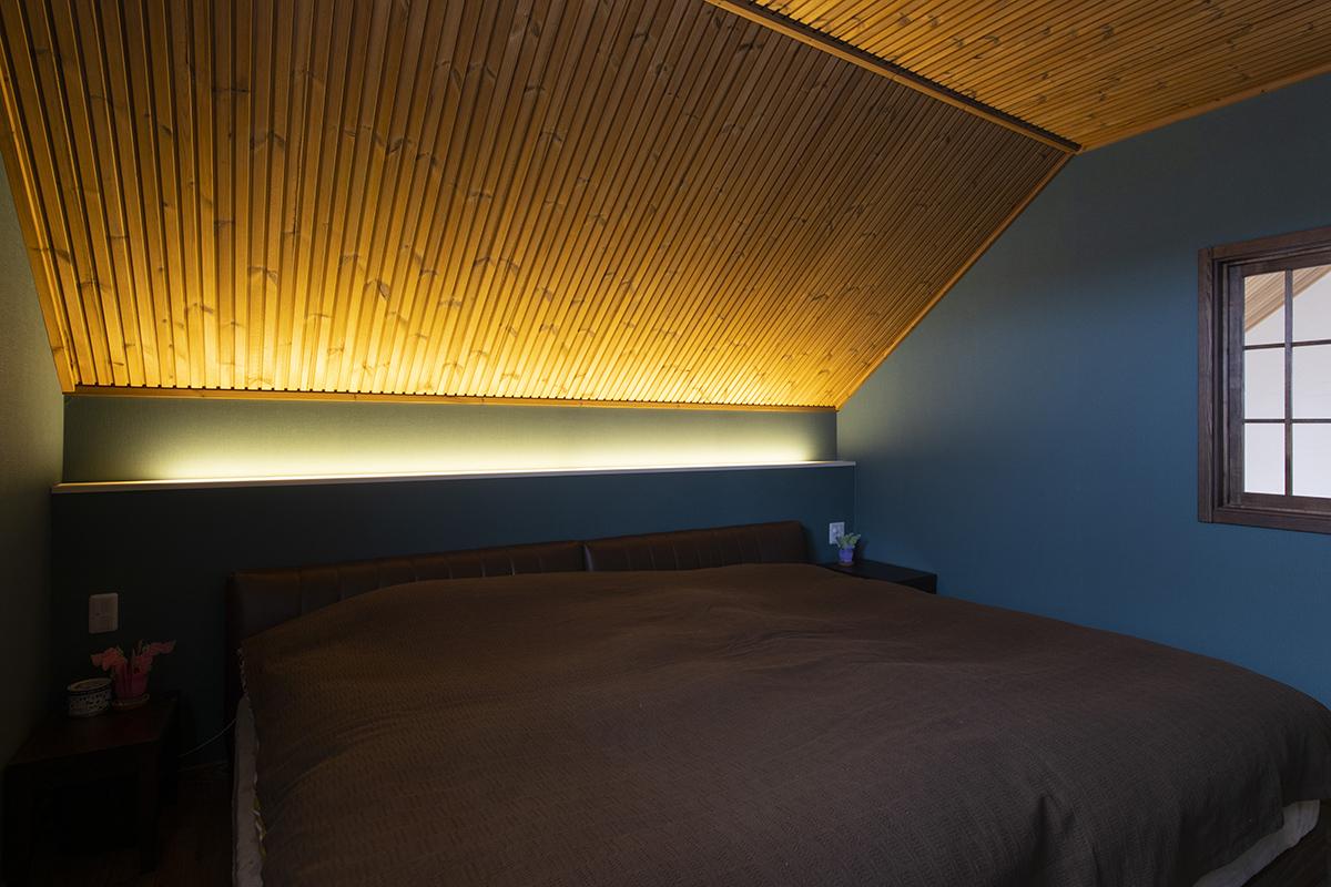 寝室を柔らかく照らすコーブ照明