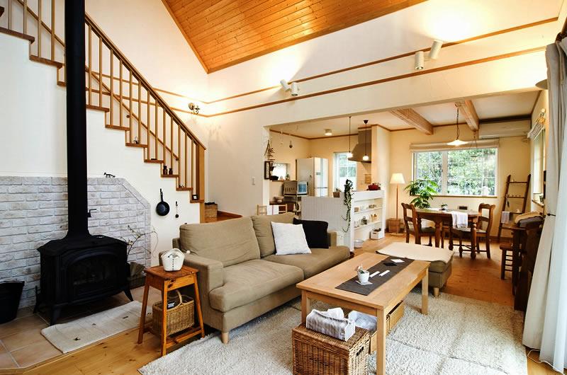 緑豊な庭、ナチュラルな家具、念願の薪ストーブ・・・優しい時間が流れる大屋根の家(北洲ハウジングオーナー様のお住まい)